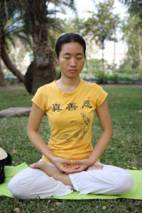 Méditation bangkok (photo longtrekhome (Falun Dafa fifth meditation exercise (in Bangkok)) via Wikimedia Commons)